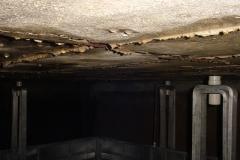 Interior-de-tanque-de-reserva-de-agua-fria-Montaje-de-electrodos-sobre-techo-04